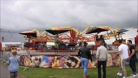 Paseo del parque de atracciones del Funfair almacen de metraje de vídeo