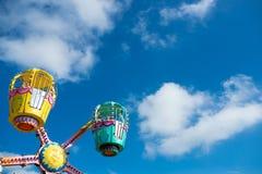 Paseo del parque de atracciones y cielo azul en verano Foto de archivo