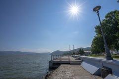 Paseo del parque de la ciudad de Serbia Golubac en mayo imágenes de archivo libres de regalías