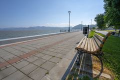 Paseo del parque de la ciudad de Serbia Golubac en mayo fotografía de archivo libre de regalías
