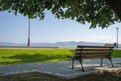 Paseo del parque de la ciudad de Serbia Golubac en mayo foto de archivo