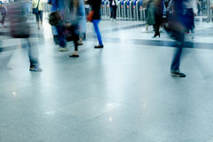 Paseo del pasajero de la falta de definición en el subterráneo Foto de archivo libre de regalías