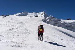 Paseo del portero campo en el glaciar del la de Mera, región de Everest, Nepal del pico de Mera al alto foto de archivo libre de regalías