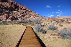 Paseo del tablero en el barranco rojo de la roca Imagen de archivo libre de regalías
