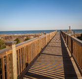 Paseo del tablero a la playa Fotos de archivo