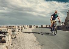 Paseo del tarveler de la bicicleta en el camino Imagenes de archivo