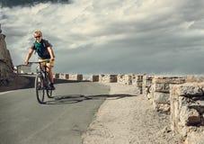 Paseo del tarveler de la bicicleta en el camino Imágenes de archivo libres de regalías