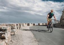 Paseo del tarveler de la bicicleta en el camino Fotografía de archivo