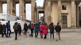 Paseo del Time Lapse en Unter Den Linden Boulevard To Brandenburg Gate y Reichstag almacen de metraje de vídeo