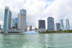 Paseo del transbordador con la vista del horizonte de Miami Imagen de archivo