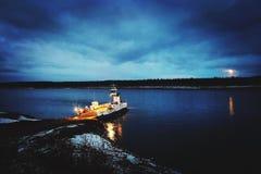 Paseo del transbordador de la noche en los territorios del noroeste imagen de archivo