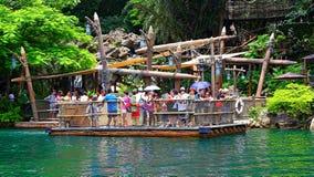 Paseo del transbordador el pontón de la selva en Disneyland Hong-Kong Imagen de archivo