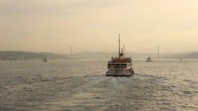 Paseo del transbordador en la puesta del sol en Estambul fotos de archivo