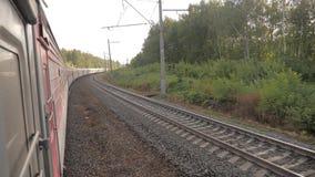 Paseo del tren de coches de ferrocarril en los carriles cerca del ferrocarril del bosque afuera vídeo de la cámara lenta El tren  almacen de video