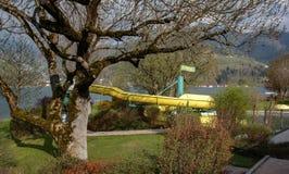 Paseo del tubo cerca del lago en las montañas austríacas Imagen de archivo