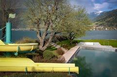 Paseo del tubo cerca del lago en las montañas austríacas Imagen de archivo libre de regalías