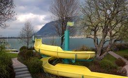 Paseo del tubo cerca del lago en las montañas austríacas Fotografía de archivo libre de regalías