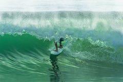 Paseo del tubo de la persona que practica surf que practica surf Foto de archivo