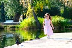 Paseo del verano en el parque con los niños Fotos de archivo