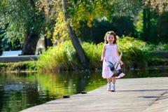 Paseo del verano en el parque con los niños Imagenes de archivo