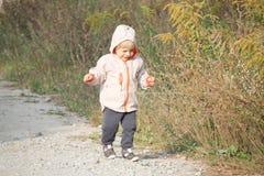 Paseo diario - bebé y el campo foto de archivo libre de regalías