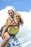 Paseo el de lengüeta con dos adolescentes Imagen de archivo