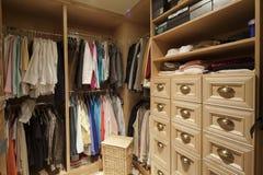 Paseo en armario con ropa organizada Foto de archivo libre de regalías