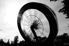 Paseo en el movimiento en parque de atracciones imagenes de archivo