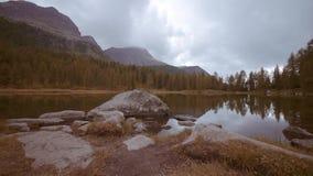 Paseo en el panorama del lago en el bosque entre las montañas almacen de video