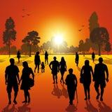 Paseo en el parque en la puesta del sol Fotos de archivo libres de regalías