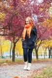 Paseo en el sendero en parque de la ciudad, temporada de otoño de la muchacha Fotografía de archivo libre de regalías