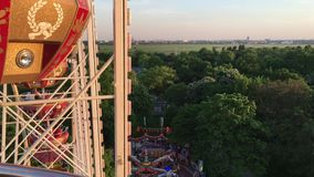 Paseo en Ferris Wheel Riesenrad en la feria de diversión alemana Visión para sobre mirar abajo sobre feria de diversión 4K almacen de metraje de vídeo
