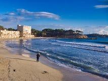 Paseo en invierno en la playa imagen de archivo libre de regalías