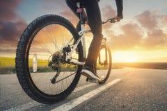 Paseo en la bici en el camino imágenes de archivo libres de regalías