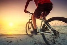 Paseo en la bici en la playa imagenes de archivo