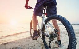 Paseo en la bici en la playa foto de archivo libre de regalías