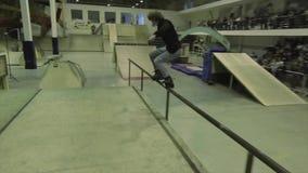 Paseo en la cerca, salto, tirón del patinador del rodillo en aire failing Manía extrema Competencia en skatepark almacen de video