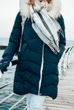 Paseo en la estación fría en ropa caliente imagen de archivo libre de regalías