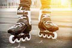 Paseo en los pcteres de ruedas para patinar Fotos de archivo