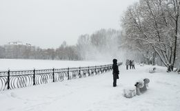 Paseo en un día nevoso Imagenes de archivo