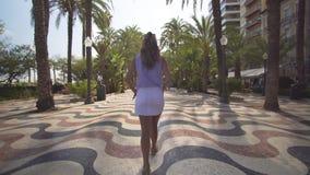 Paseo en un día soleado en la ciudad Alicante Paseo de la muchacha Visi?n posterior almacen de video