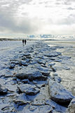 Paseo en una playa del invierno Foto de archivo