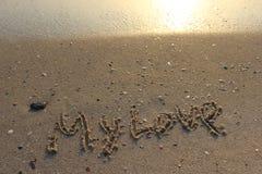 Paseo en una playa fresca cerca del mar imagenes de archivo