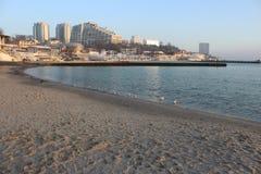 Paseo en una playa fresca cerca del mar fotos de archivo libres de regalías