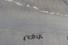 Paseo en una playa fresca cerca del mar foto de archivo