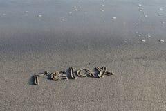 Paseo en una playa fresca cerca del mar fotografía de archivo libre de regalías