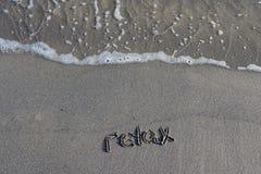 Paseo en una playa fresca cerca del mar fotografía de archivo