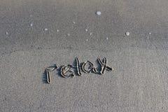Paseo en una playa fresca cerca del mar imagen de archivo libre de regalías