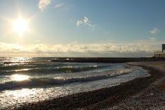 Paseo en una playa fresca cerca del mar imagen de archivo