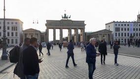 Paseo en Unter Den Linden Boulevard To Brandenburg Gate almacen de video